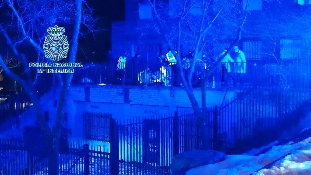 La Policía Científica investiga el apuñalamiento mortal del barrio de Lucero, el primer crimen del año en Madrid