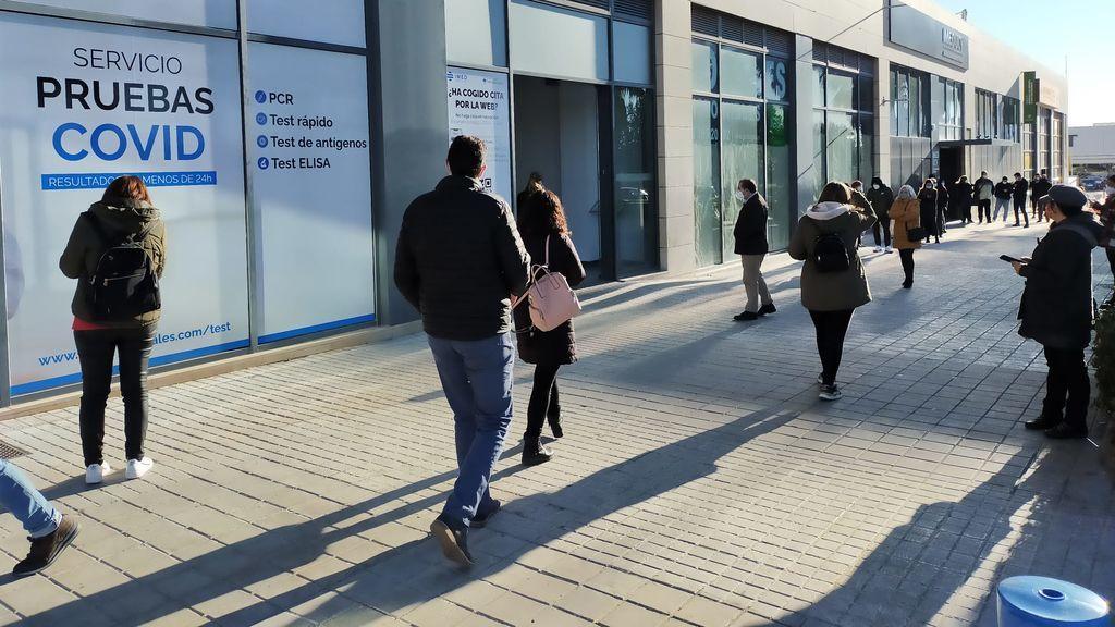 Colas en hospitales privados de Valencia para hacerse una PCR ante el colapso de la sanidad pública