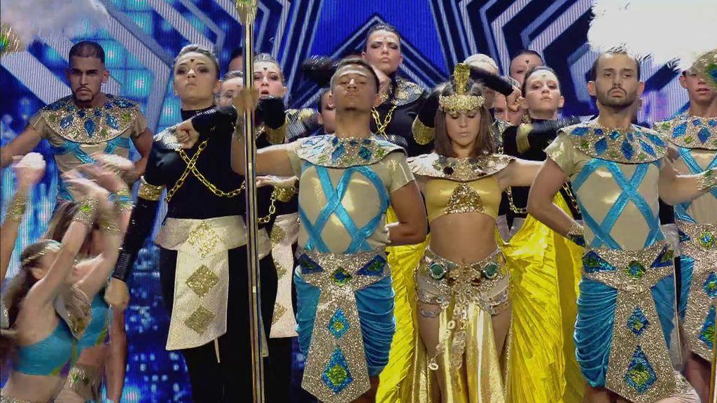 La original actuación de Team Spotlight, que nos transporta a Egipto con su creativo baile