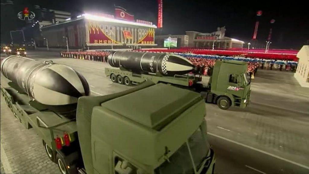 """Un desfile militar en Corea del Norte muestra a Kim Yong Un """"el misil submarino más poderoso del mundo"""""""