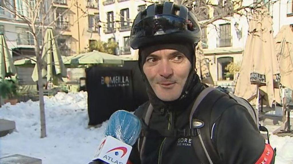 La caída en bici de un hombre que presumía de ruedas para nieve en informativos