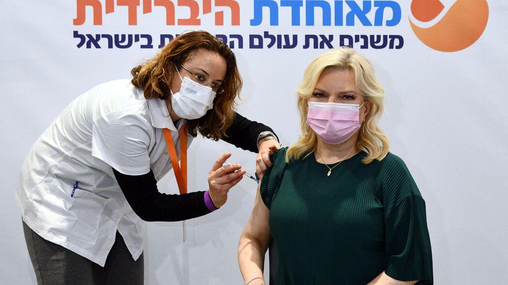 Sara Netanyahu, esposa del primer ministro de Israel, Benjamin Netanyahu, recibiendo la vacuna contra el coronavirus