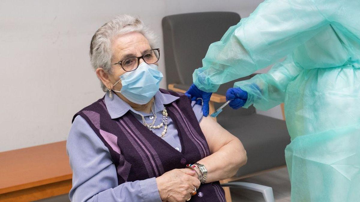 """Nieves Cabo, la primera en recibir las dos dosis en Galicia: """"Que no dejen de vacunar, que es una cosa maravillosa"""""""