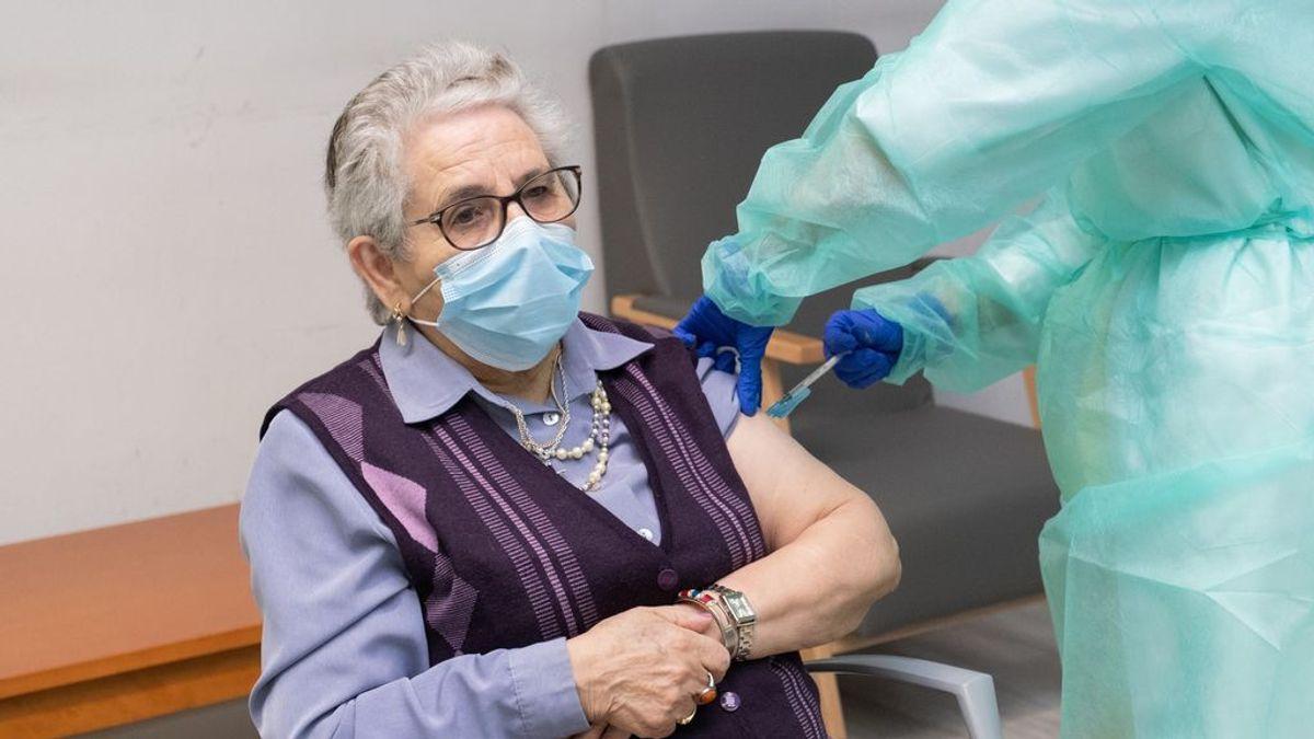"""""""Que no dejen de vacunar, que es una cosa maravillosa"""": Nieves Cabo o el papel clave de los mayores en la campaña de vacunación"""