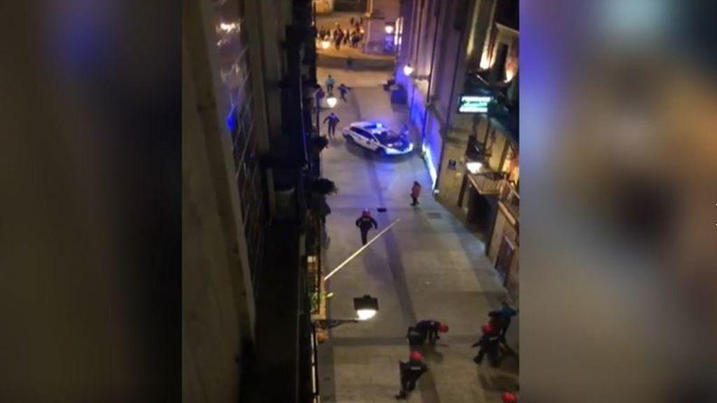 Batallas campales contra los policías por las medidas anticovid en Euskadi y Barcelona