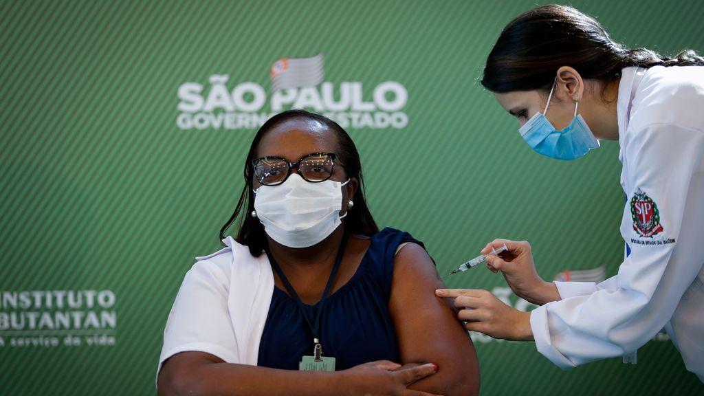 Mônica Calazans, enfermera del Hospital las Clínicas que ha recibido la dosis