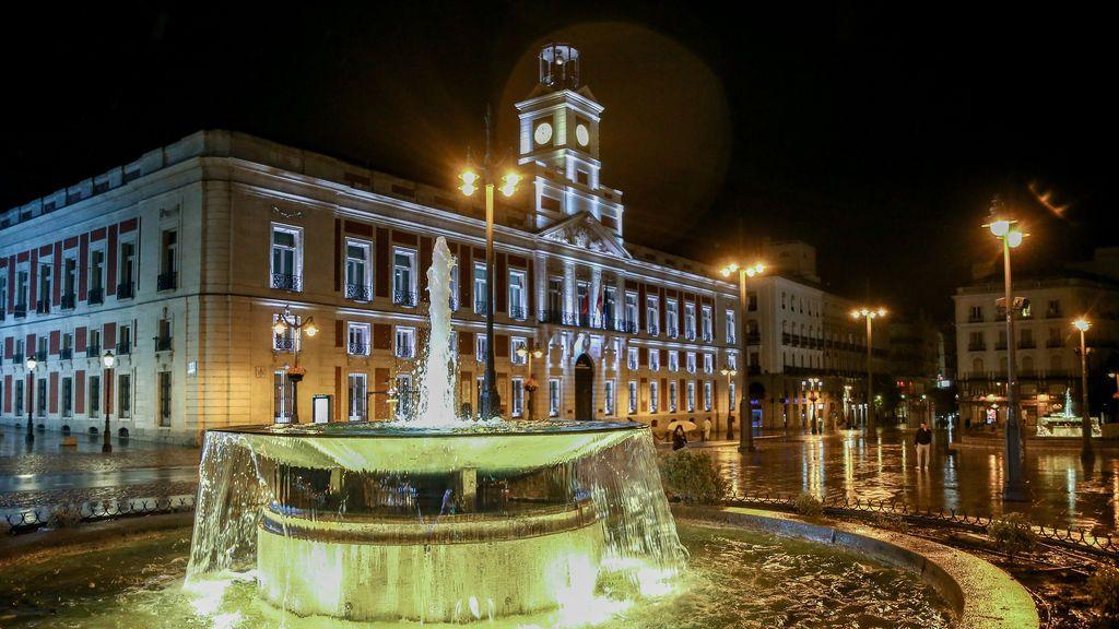 La Puerta del Sol, vacía y sin gente durante la primera noche de toque de queda en Madrid