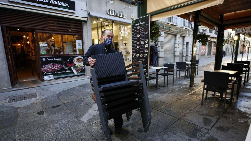 Camarero reabriendo una terraza en Granada