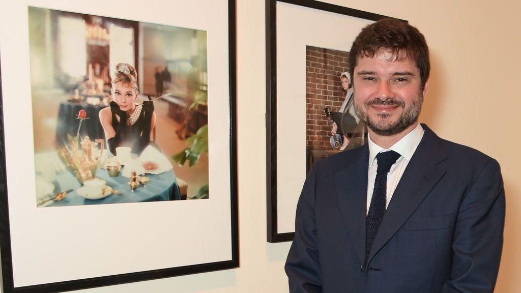 Luca Dotti, hijo de Audrey Hepburn, junto a un retrato de la actriz