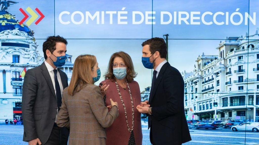 El presidente del PP, Pablo Casado, charla con García Egea, Ana Pastor y Elvira Rodríguez