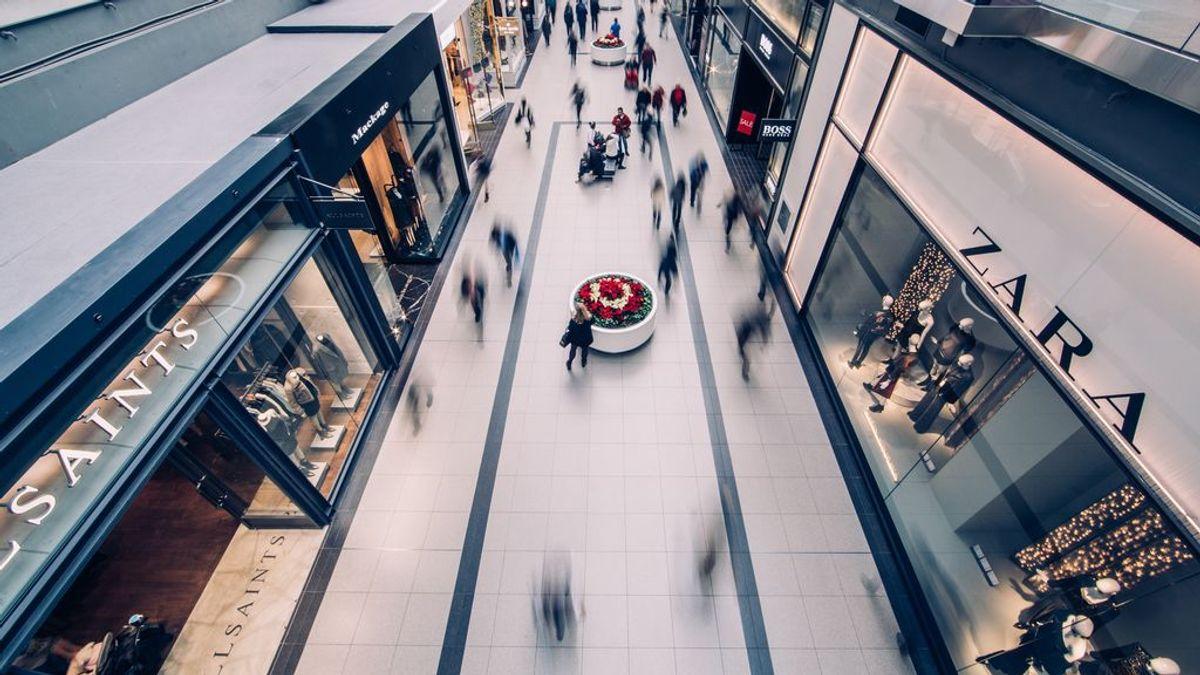 Respetar la distancia social en centros comerciales es casi imposible con gente en movimiento