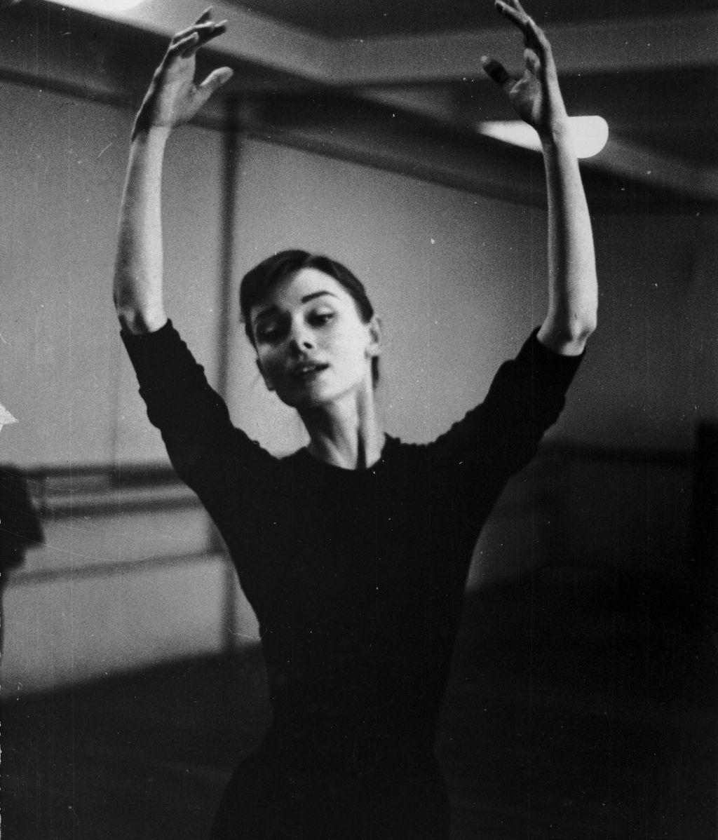 Audrey Hepburn, en un estudio de danza (1955)