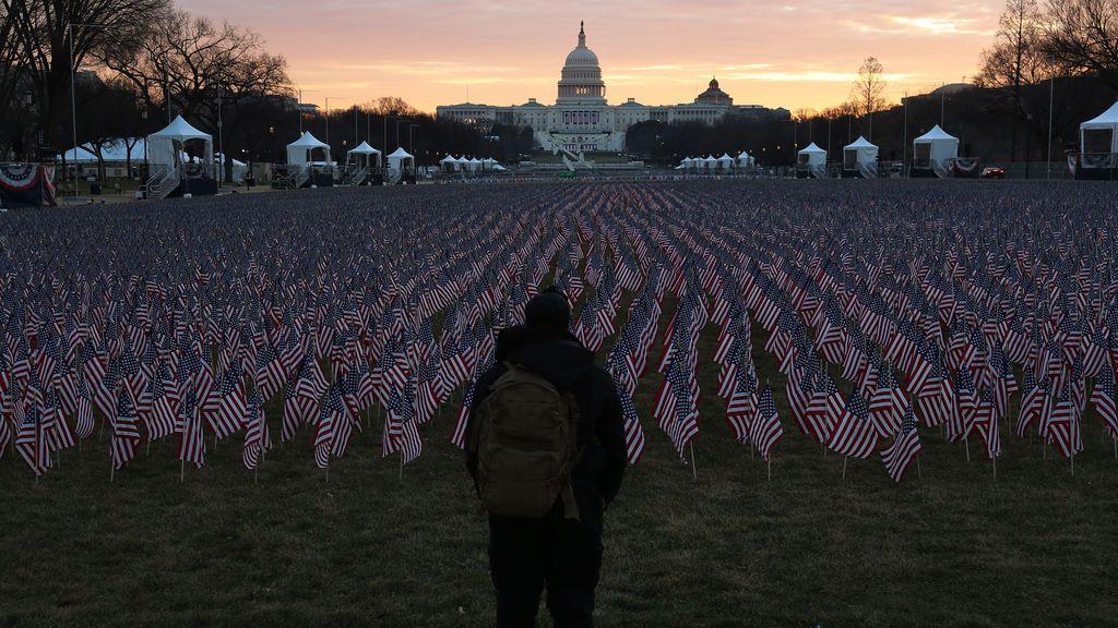 Banderas estadounidenses, en vez de público, en la explanada frente al Capitolio