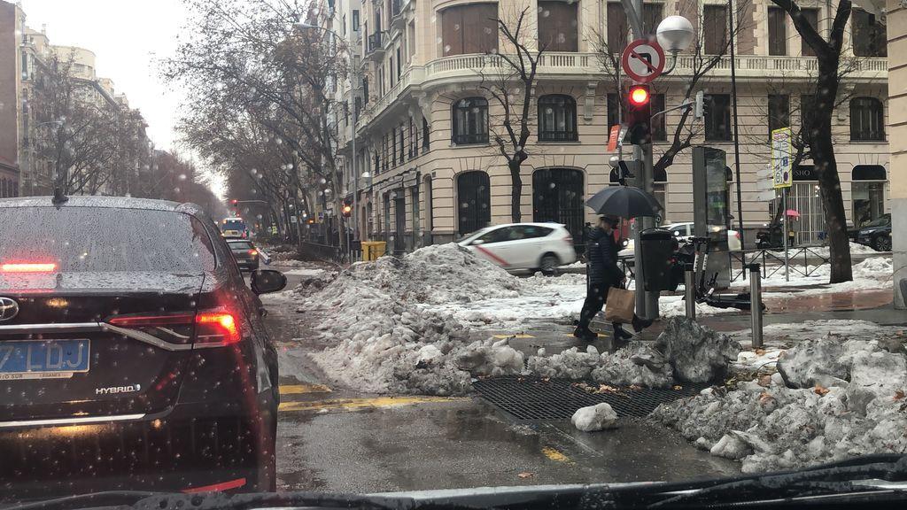 La hora punta se complica en Madrid con la nieve cortando carriles y la lluvia