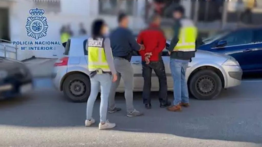 Detenidos tres vigilantes de seguridad por asaltar viviendas en una lujosa urbanización de Estepona