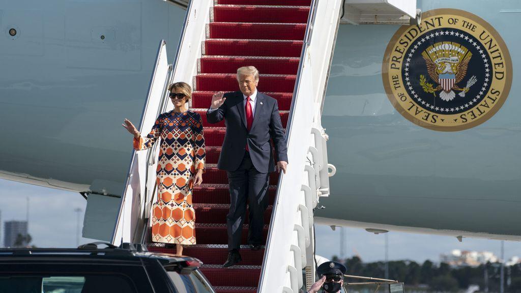 Los Trump, bajando del avión en Florida