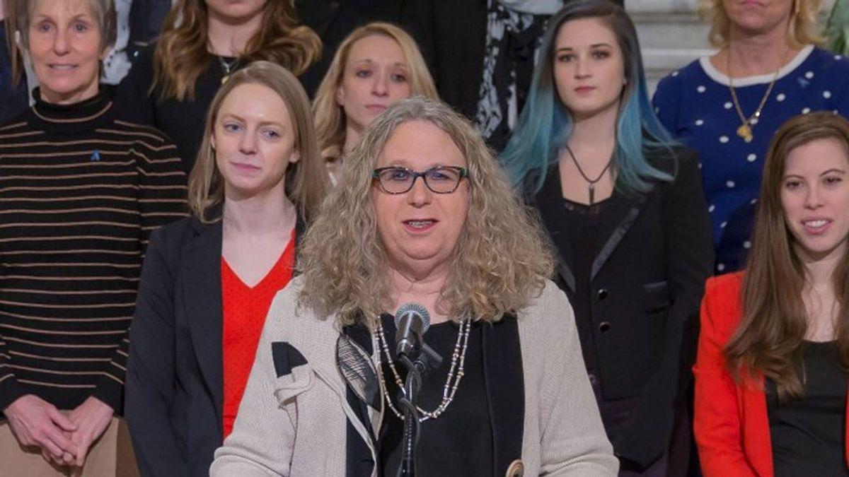 Quién es Rachel Levine, la primera mujer transgénero en ocupar un cargo federal en EEUU