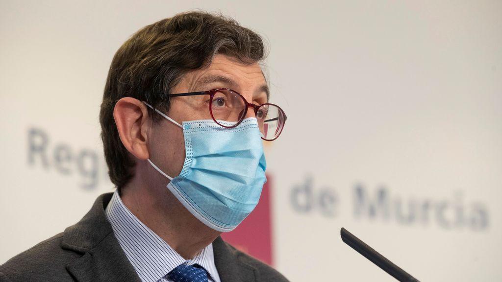 Polémica en la Región de Murcia por la vacunación de su consejero de Salud y otros altos cargos del departamento