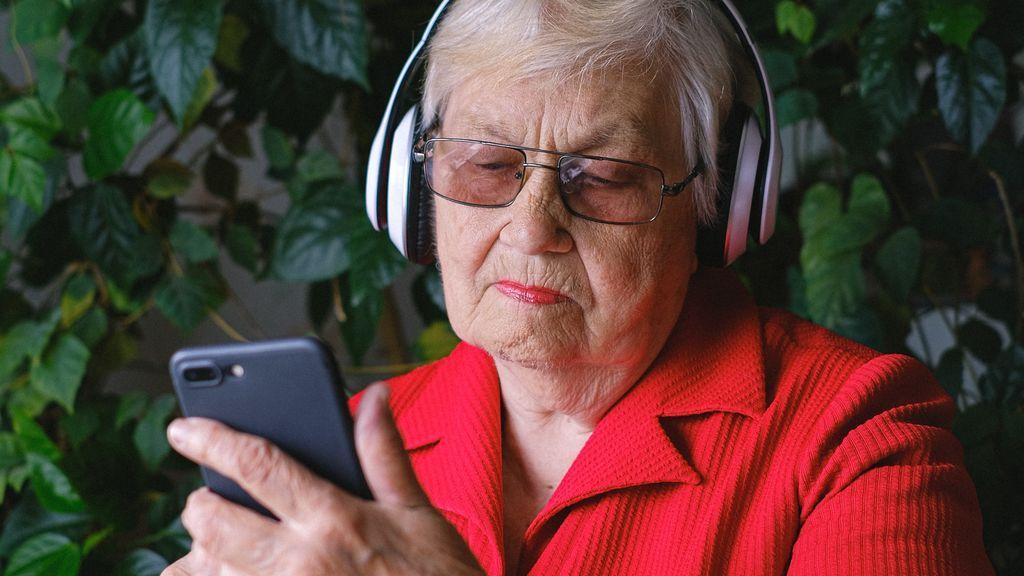 A falta de abrazos, buenas son las cartas o videollamadas con los mayores en el Día Mundial del Abrazo