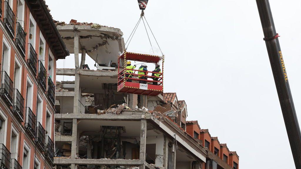 Operarios revisan el edificio destruido por la explosión producida este miércoles en la calle Toledo de Madrid