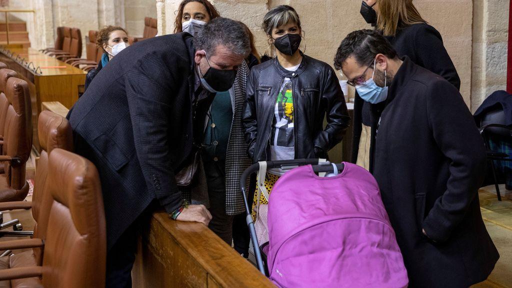 La diputada Teresa Rodríguez lleva a su hija al pleno del Parlamento andaluz