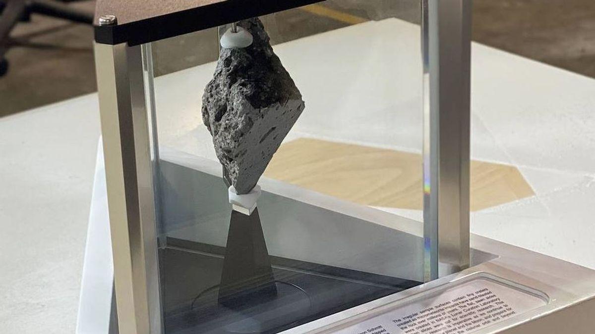 Biden se lleva una roca de la Luna para exhibirla en el despacho oval de la Casa Blanca