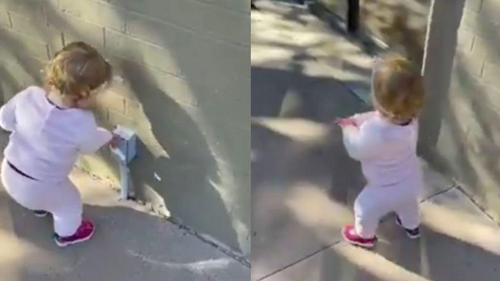 Las redes sociales caen rendidas ante una niña que cree que todo es un dispensador de gel hidroalcohólico