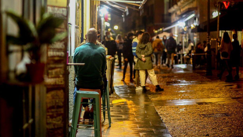 La explicación de Madrid para prohibir reuniones en casas pero no en bares y restaurantes