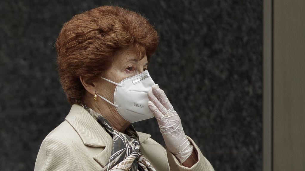 Mujer con mascarilla FFP2