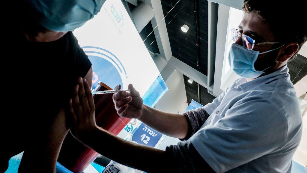 Israel vacuna ahora a sus adolescentes después de inyectar la primera dosis al 40% de la población