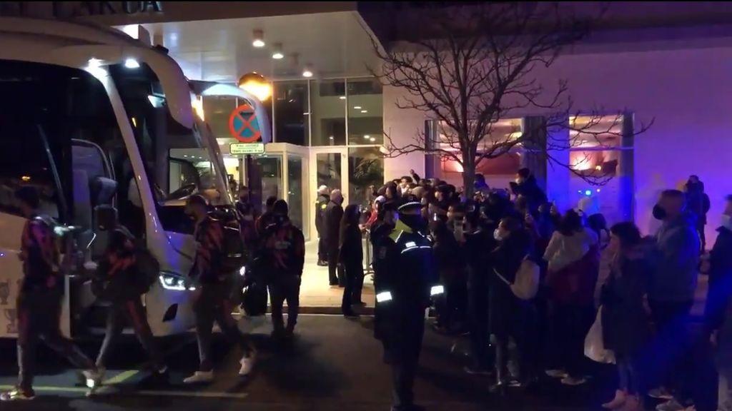 """El troleo de unos niños a la salida del hotel del Real Madrid: """"Alcoyano, Alcoyano..."""""""