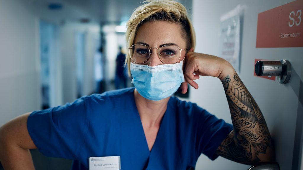 'Doc Caro', la doctora alemana amenazada de muerte por traer noticias del frente pandémico