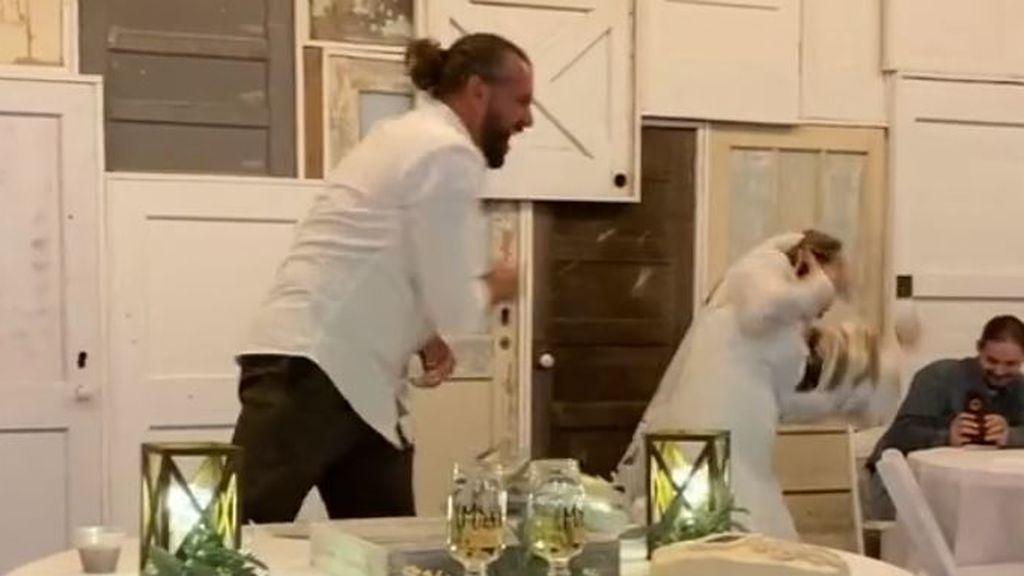 Lanza la tarta de boda a la cara de su novia tras no aceptar una broma en plena celebración