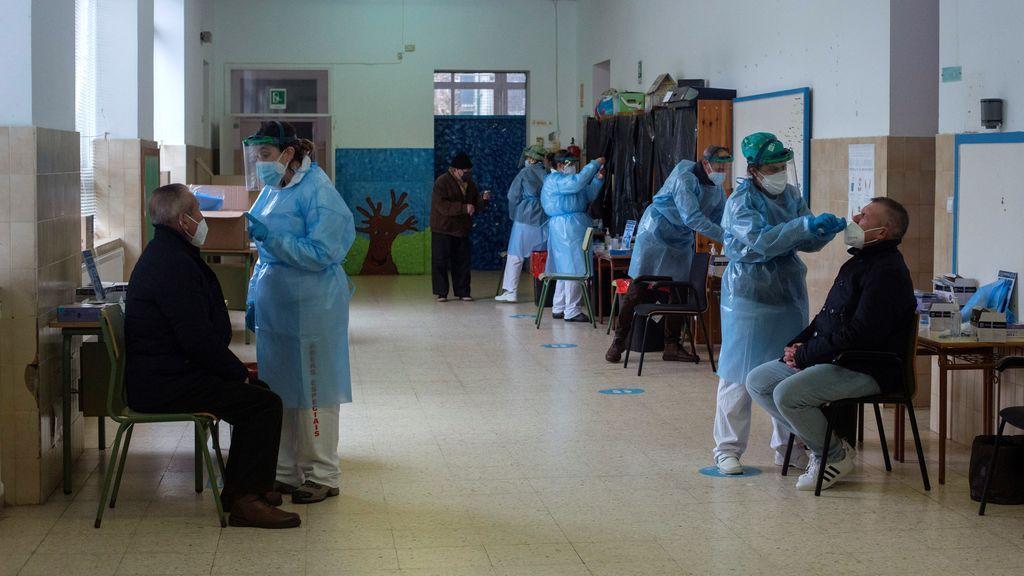 Nuevo récord con 1.888 casos en Galicia, que triplica en un mes el impacto de la covid19