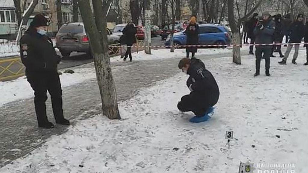Un joven de 30 años se pasea desnudo, empapado en sangre y con la cabeza de su padre colgando