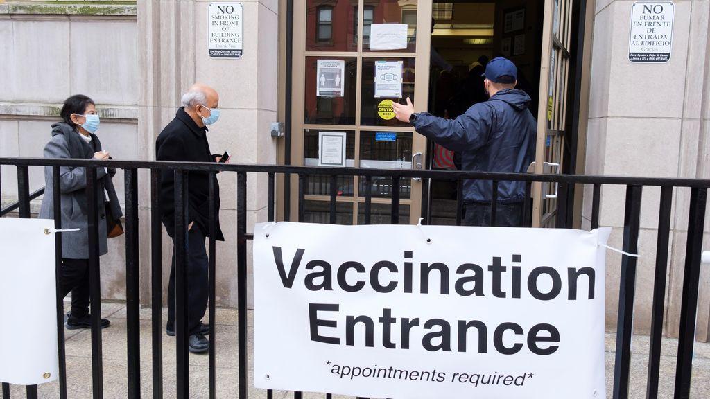 Miles de citas para la vacuna se cancelan ante la escasez de dosis en Estados Unidos