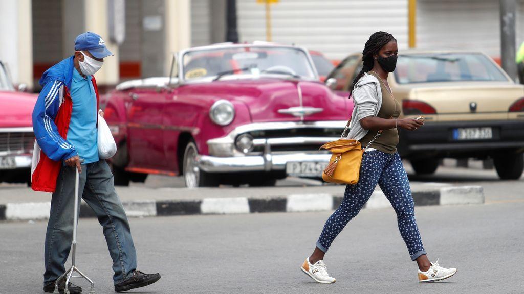 Cubanos con mascarilla por la calle