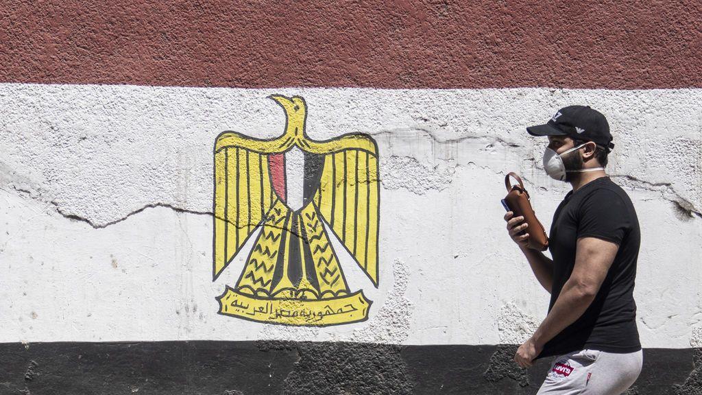 Un hombre con mascarilla en la capital de Egipto, El Cair