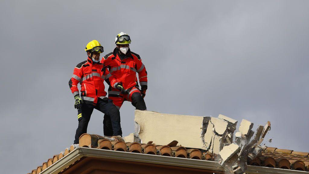 Bomberos retiran escombros tras el terremoto en Granada