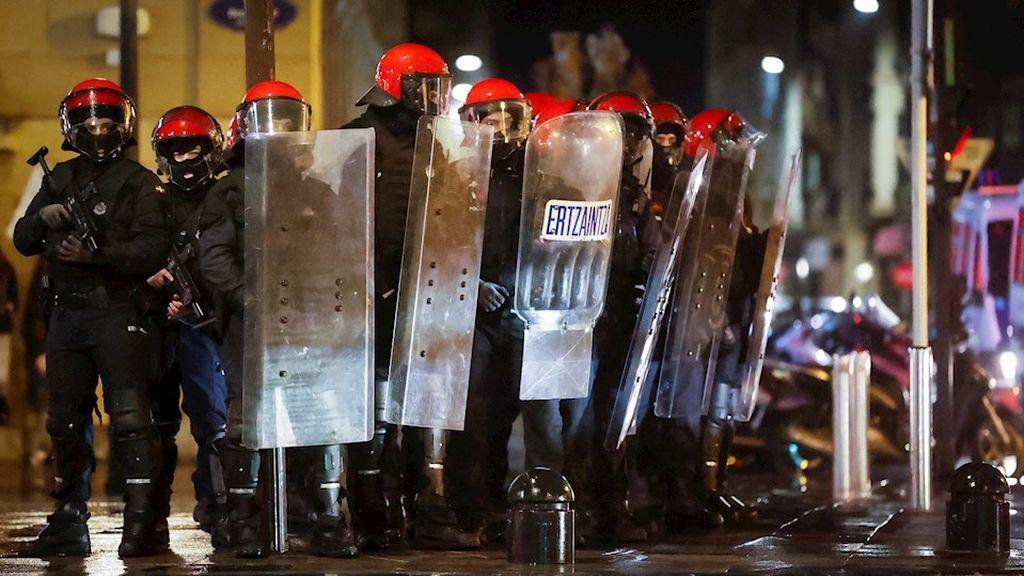 Dos ertzainas heridos al intervenir en un botellón en Santurtzi en el que participaban más de 30 personas