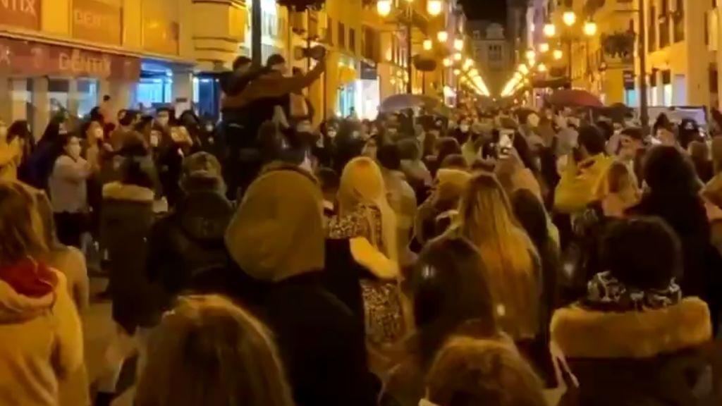 Aglomeraciones en el centro de Zaragoza durante un concierto improvisado en plena calle