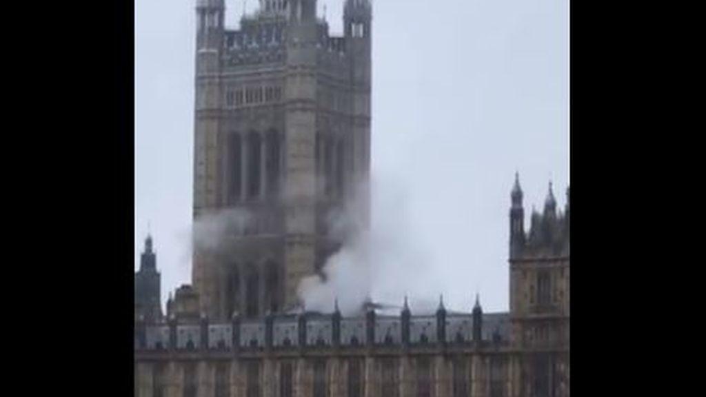 Una columna de humo se levanta en el Parlamento de Londres