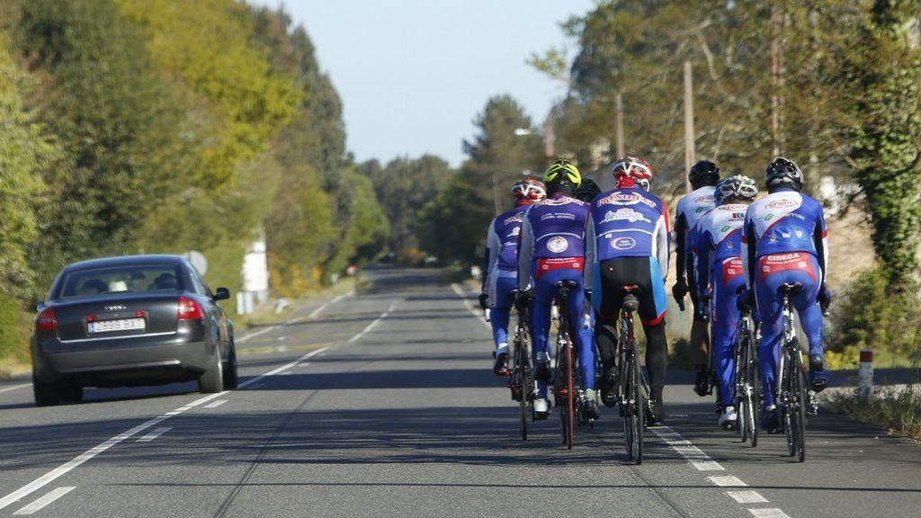 La nueva norma de la DGT para adelantar a los ciclistas: multa de 200 euros y pérdida de 3 puntos