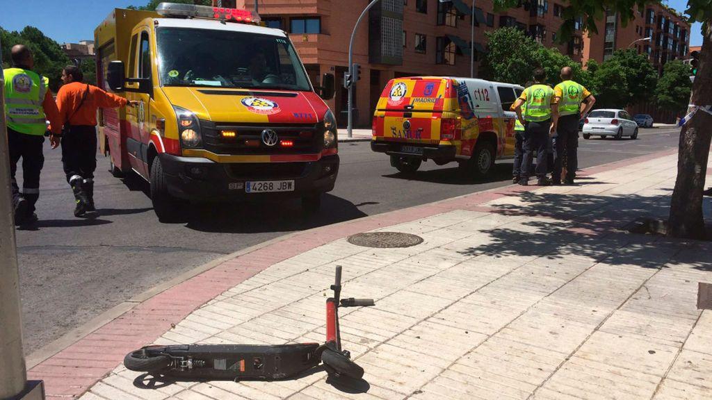 Un joven herido grave tras chocar su patinete contra un coche en Madrid
