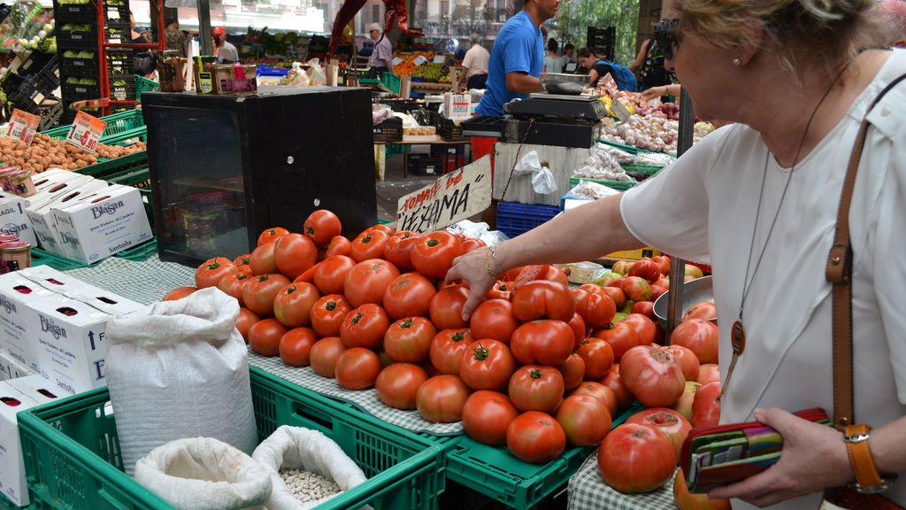 Mujer comprando tomates