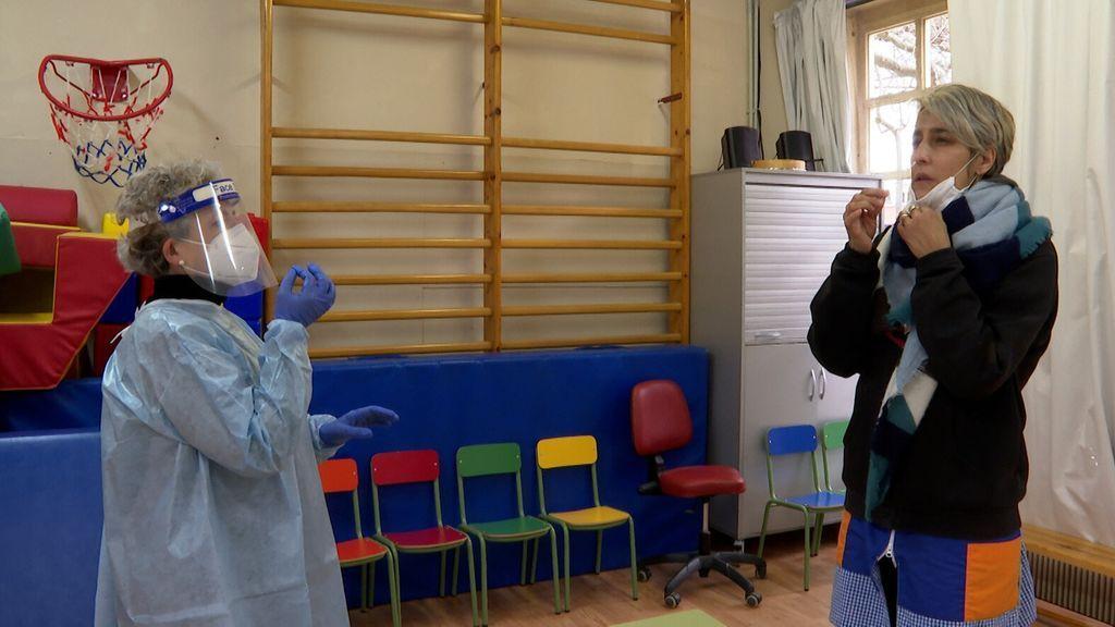 Los profesores se toman la muestra para realizar la PCR en la escuela