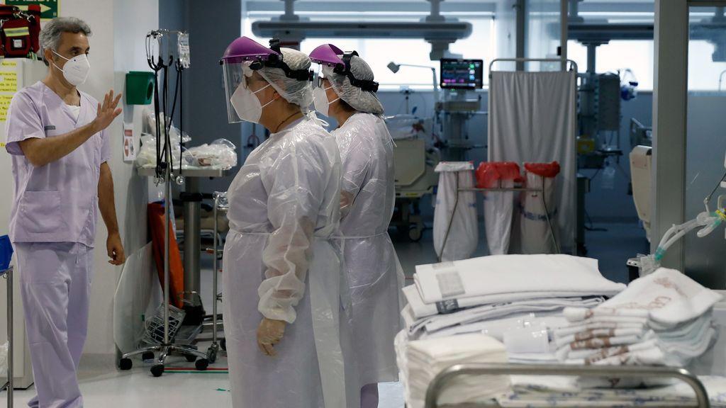 """Jefe clínico de medicina intensiva de la Fe de Valencia: """"La situación en las UCI se ha desbordado"""""""