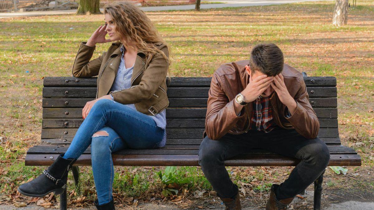 La reacción de un chico al enterarse por una apuesta de que su novia le ha podido ser infiel a través de una app de citas
