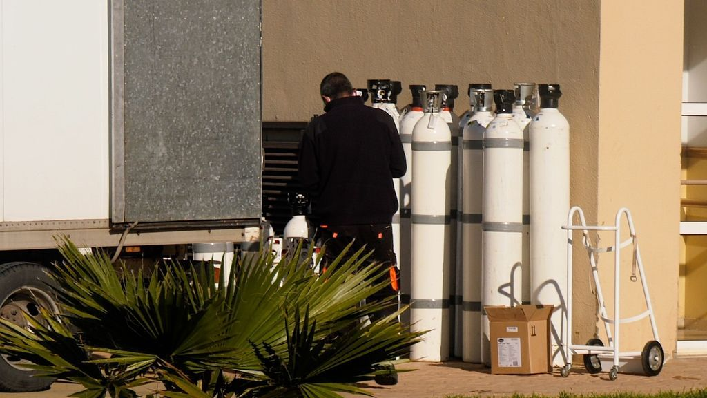 Descarga de bombonas de oxigeno para la residencia