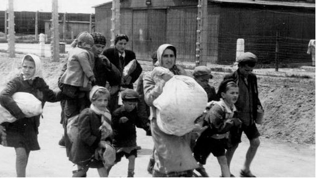 Mujeres y niños a su llegada a Auschwitz